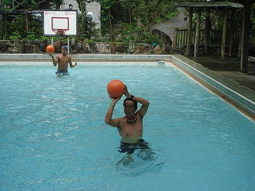 玩起水中籃球了.jpg