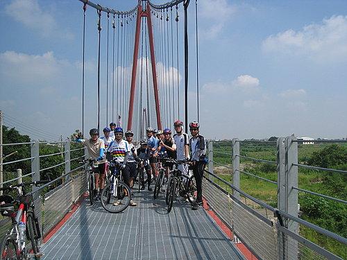 朴子溪自行車道的重要景點 長390公尺號稱長壽橋的協張鐵橋 當然要來上一張囉.jpg