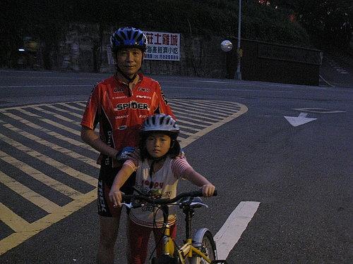快點來張第一次夜騎紀念照---周先生父女(拍的有一點暗).jpg