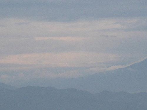 暴風雨前的寧靜 天空滿佈著厚厚的雲層 果不期然 回家的路上就開始下雨了.jpg