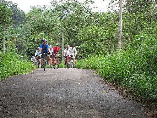 騎乘實況報導 5 走在湖山岩的後山 讓大家熱熱身.jpg