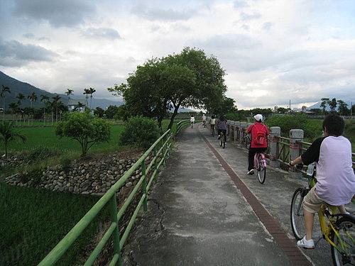 關山自行車道一景6 --- 超多遊客來騎的.jpg