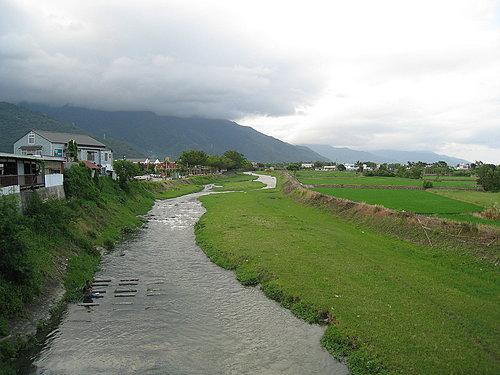 關山自行車道一景8 --- 清澈的河流 還可以悠閒的釣魚.jpg
