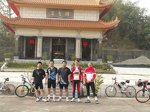 本次挑戰草嶺的成員 由左而右 劉先生 張先生 李先生 陳先生 阿東.jpg