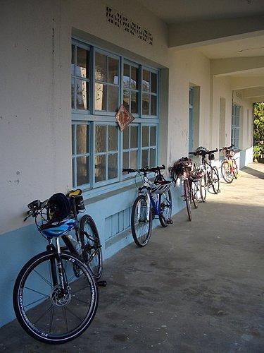 山峰國小的一角 --  腳踏車一字排開.jpg