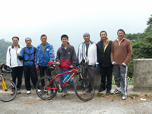 抵達樟湖前的第二休息站 再來張合照吧.jpg