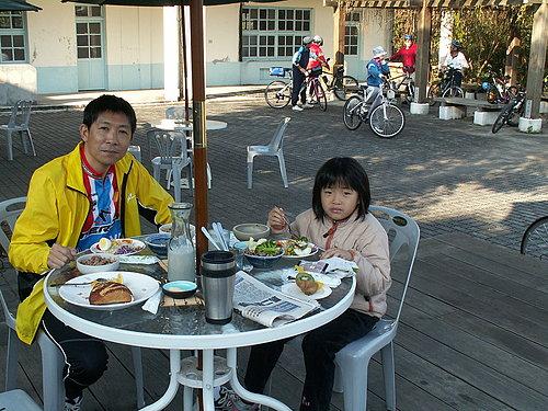 周先生與他的女兒 英勇的小騎士 征服了山峰國小 可是比許多大人還要利害喔.jpg