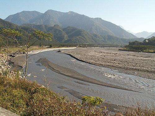 沿途是沿著濁水溪前進 可以看到與印象中不一樣的濁水溪.jpg