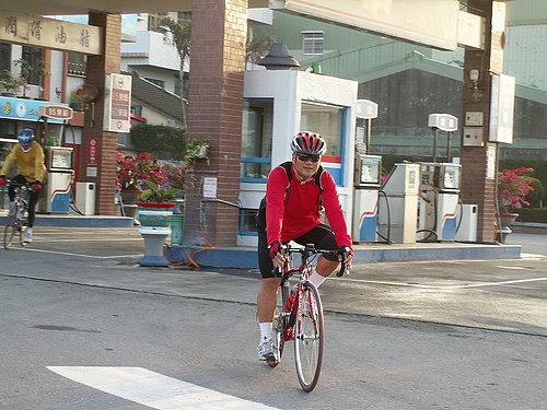 張小 騎著公路車多帥啊 而且是3個騎著公路車攻松柏嶺的其中一員 多神勇.jpg