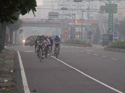 騎乘大約7公里 大伙的經歷依然旺盛 擠成一團爭奪中.jpg