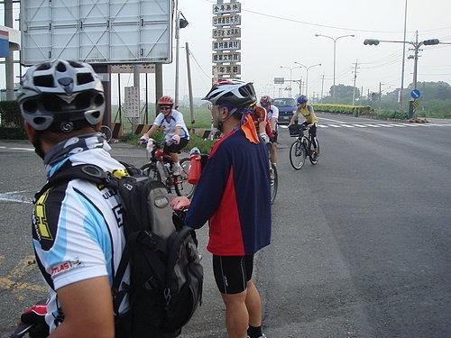 大伙陸續抵達第一中繼點 目前騎乘距離約為15公里.jpg