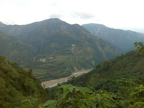跨越正前方那一座山就是草嶺.jpg