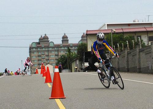 參加KHS單車學校舉辦的曲道訓練。車架與前叉搭配良好,過彎性能很直接,沒有明顯的轉向過度、或是轉向不足的問題!.jpg
