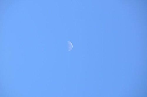 月彎彎,路迢迢。日正當中,月亮高掛。.jpg