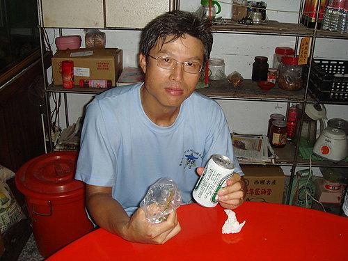 一進店家馬上就拿了一瓶啤酒的林老師.jpg