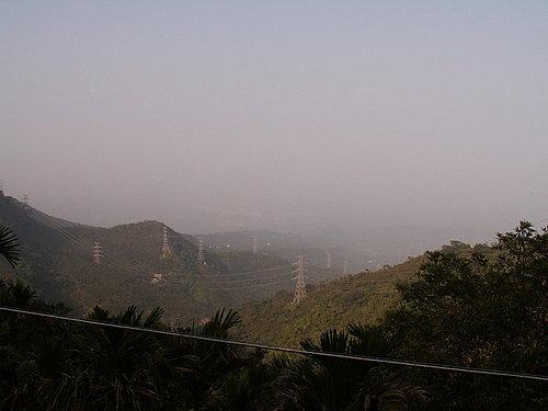 遠處的山區還未受到太陽公公的照拂 藏著深深的哀戚.jpg