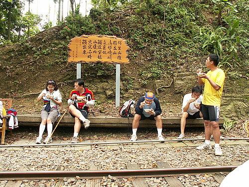 大夥端著愛玉 坐在鐵道邊盡情享用.jpg
