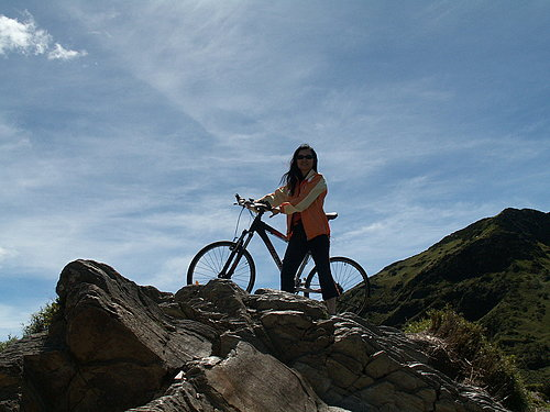 李小姐  居然可以將自行車騎上去.jpg