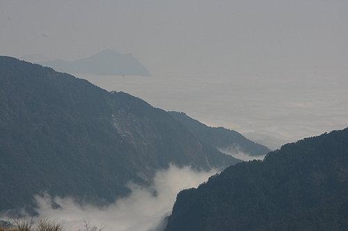 山嵐慢慢的往上爬 溫度也慢慢地往下降.jpg