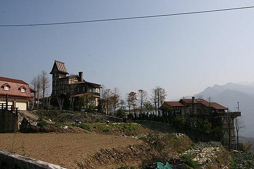 清境農場附近的民宿 每一間都是帶有不同的特色風格.jpg