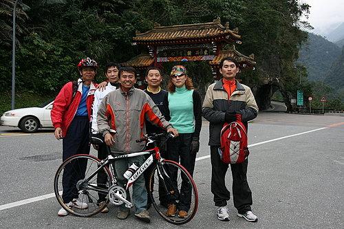 由左而右 李大哥 周先生 廖教練 老羅 麗純大美女 陳先生.jpg