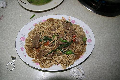 好菜再度上桌 -- 晚餐 -- 黑松羊肉爐 -- 羊肉炒麵.jpg
