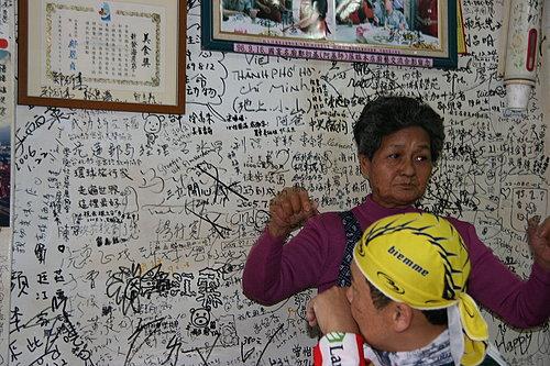 老闆娘在為大家介紹這一面牆的由來.jpg
