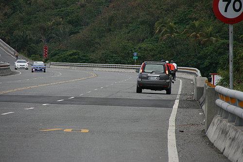 各位慢慢騎啊! 有小葉子的愛車在後面保護大家喔!.jpg