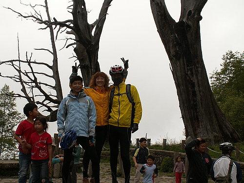 夫妻樹前 --- 周先生 麗純美女 黃二哥.jpg