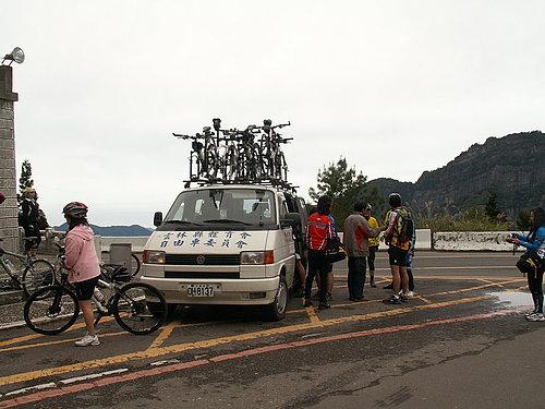到達阿里山國家公園門口 下車準備騎乘狀況1.jpg