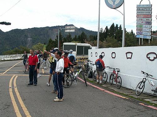到達阿里山國家公園門口 下車準備騎乘狀況3.jpg