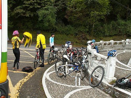 到達阿里山國家公園門口 下車準備騎乘狀況4.jpg