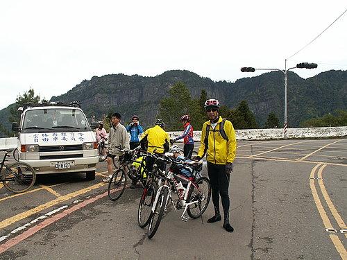 到達阿里山國家公園門口 下車準備騎乘狀況5.jpg
