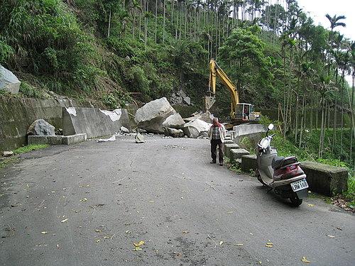 正在清除路面大落石的怪手 謝謝您的禮讓 讓我們優先通過.jpg