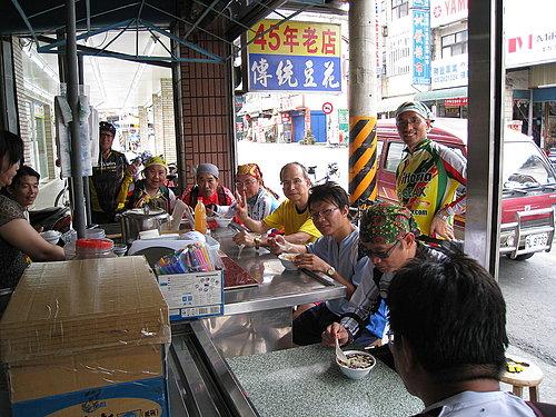 到了梅山當然不忘來45年的老店 來碗美味的豆花.jpg