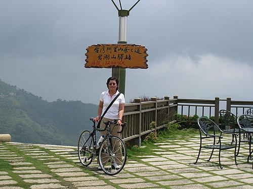 於海拔1200公尺的招牌下來張合照 10.jpg