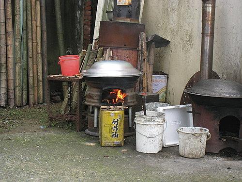 這裡還延續使用著柴火的爐灶喔.jpg