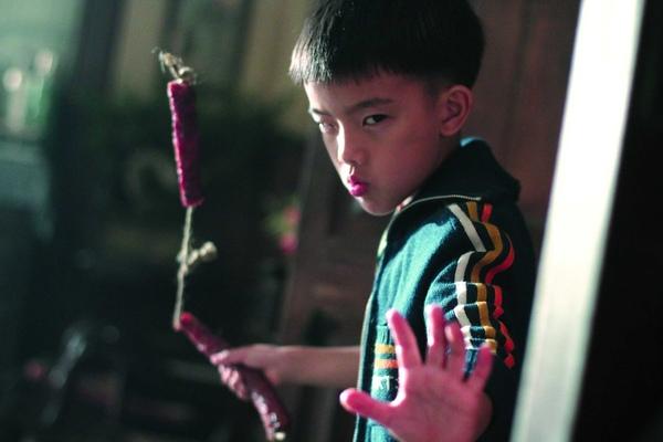 少年李小龍手持特製臘腸雙截棍.jpg