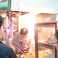 老闆在切生魚片