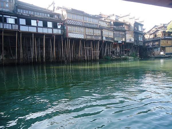 6沱江上吊腳屋