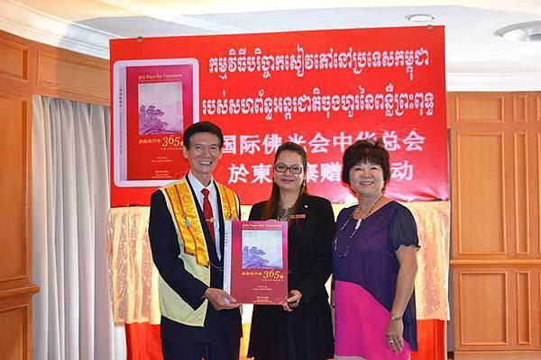 柬埔寨贈書活動12319576_1710241862531399_660620982_n.jpg