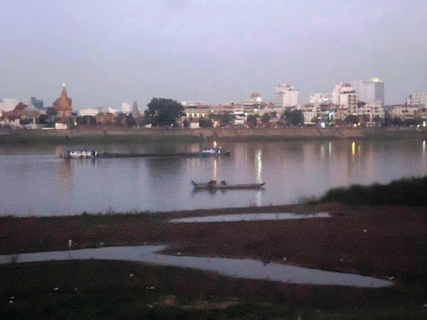 旅居柬埔寨湄公河岸樓閣景色DSC06003.JPG