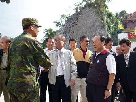 image026指揮官代表部隊接受世總的慰勞, 並致意感謝.jpg