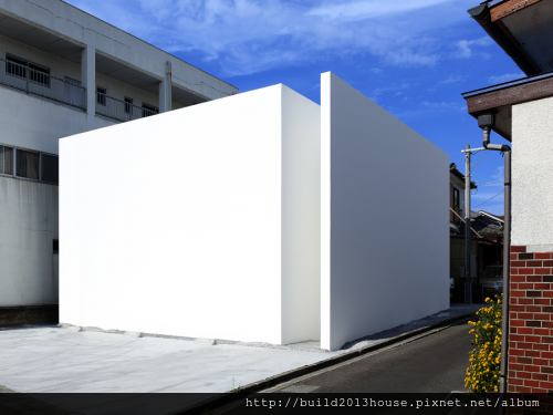 fortress-like-minimalist-house-design-prevent-noisy-inspiration1-500x375.png