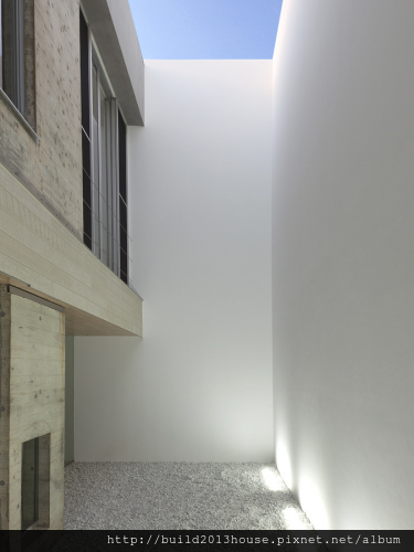 inner-courtyard-minimalist-house-design-for-sunlight4-375x500.png