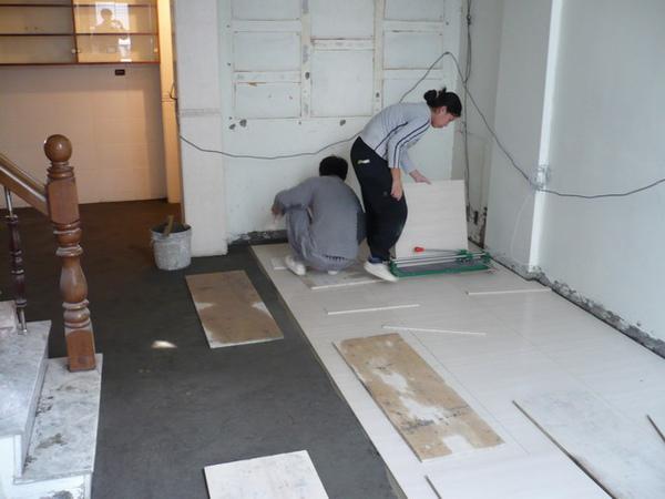 1F拋光石英磚施工4.JPG