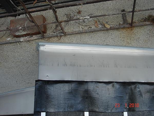 1F增建日式文化瓦交接處不鏽鋼水切1.JPG