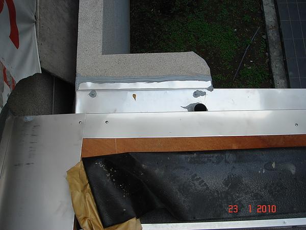 1F增建日式文化瓦交接處不鏽鋼水切3.JPG