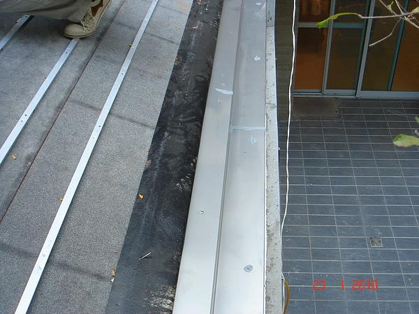 1F增建日式文化瓦交接處不鏽鋼水切4.JPG