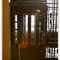 旅館的電梯,超舊的,要自己開門